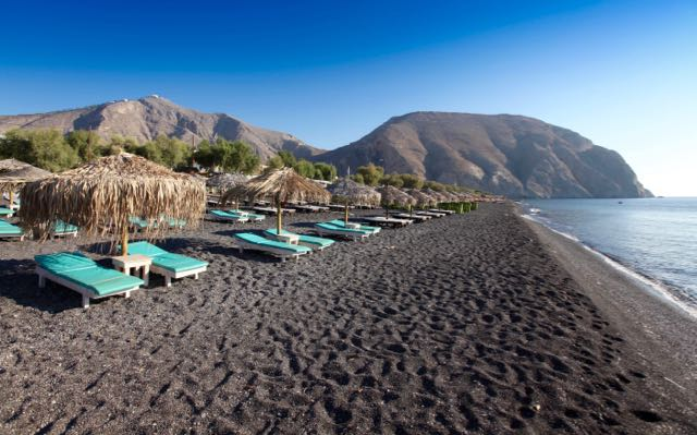 Perivolos Black Beach in Santorini – good bars, restaurants and beach resorts