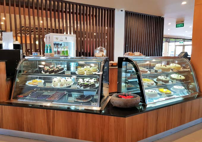The patisserie in the lobby is very popular.