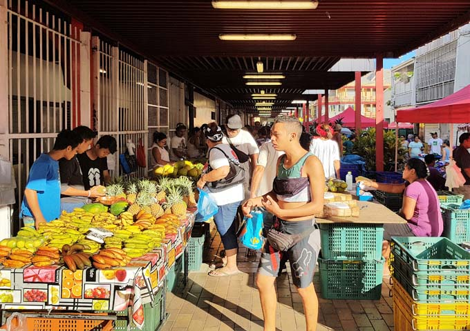 The huge daily market offers fresh produce, food and souvenirs.