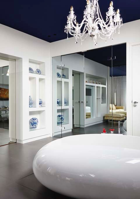 The Prinsengracht Suite features a free-standing tub.