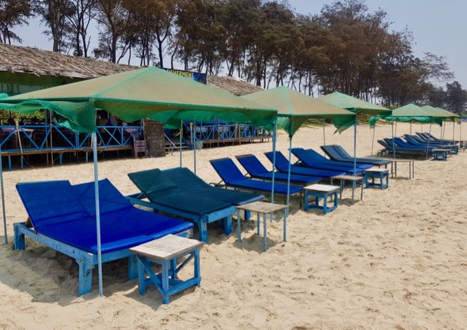 The beach cafés rent out sunbeds and umbrellas.