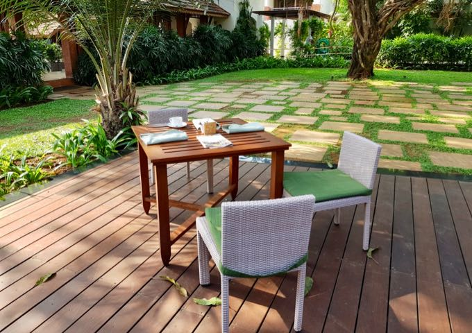 Vivo offers outdoor seating on a wooden deck.