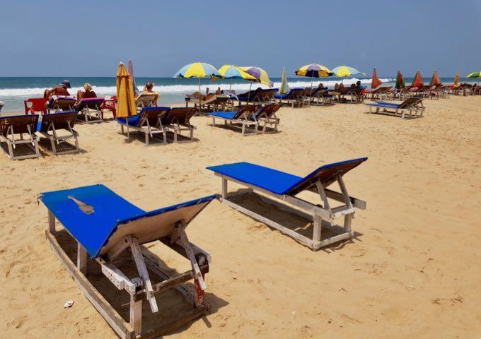 The beach cafés rent out sunbeds and umbrellas.