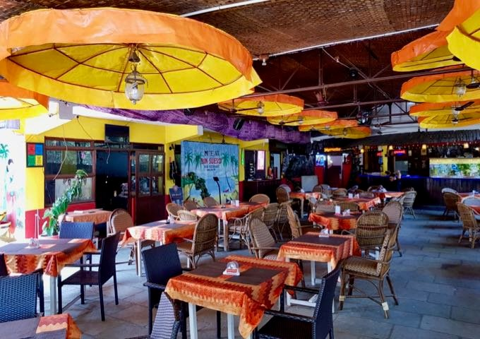 Bom Sucesso nearby is known for its wide European menu and live music.