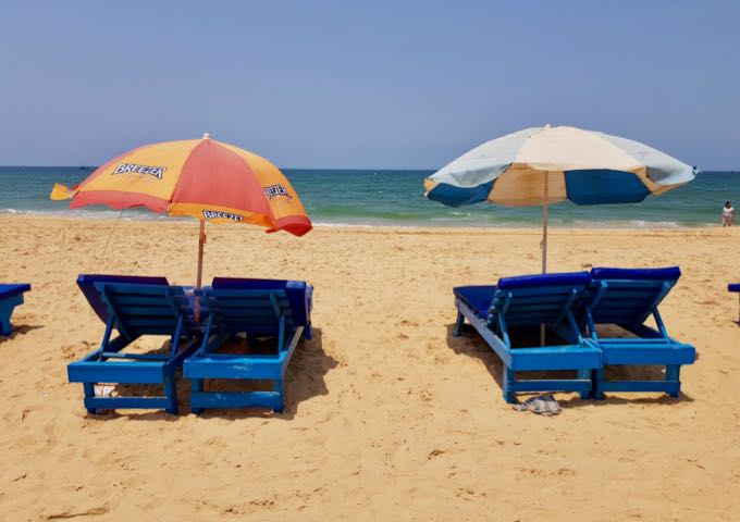 The beach cafés rent out sunbeds and umbrellas, sometimes for free.