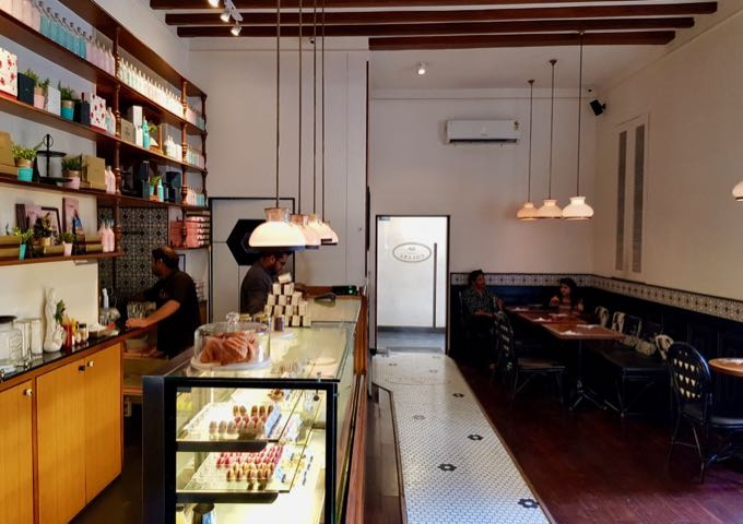 Le15 Café is popular for its coffees and pastries.
