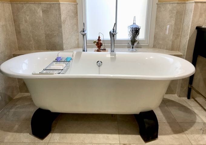 The Bath Spa Suite's bathtub uses thermal water.