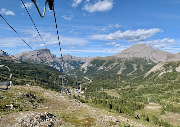 The chairlift goes all the way up to the mountain top.
