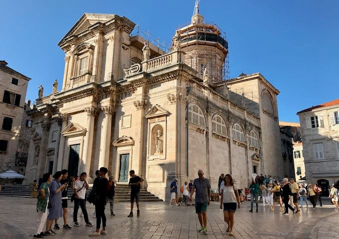 The cathedral is located near Bota Šare Oyster & Sushi Bar.