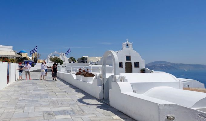 The main pedestrian pathway in Oia