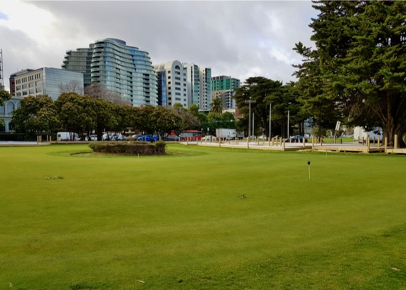 The Albert Park Golf Course is nearby.