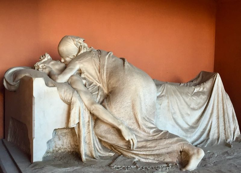 Marble sculpture of a woman kissing a dying man