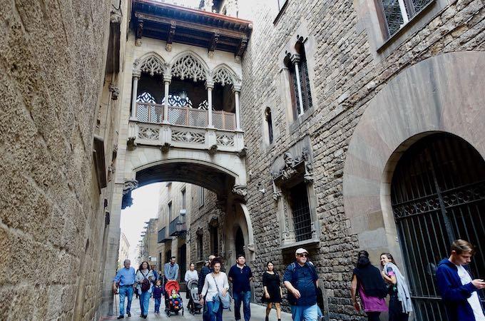 Pont del Bisbe in Barri Gotic, Barcelona